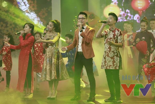 Tiết mục mở màn với sự tham gia của nhiều nghệ sĩ như Quang Anh, Khắc Hiếu, Hồng Ngọc..