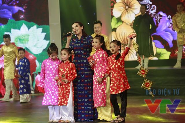 Không khí Tết với câu đối, hoa đào... được mang vào chương trình Gala Tết Việt 2016.