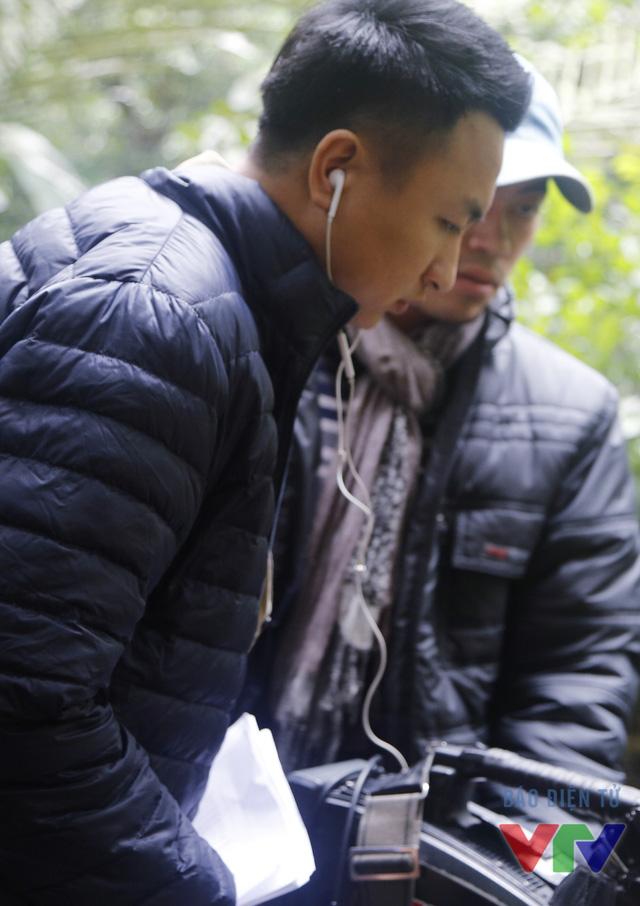 MC Việt Phong cẩn thận xem lại những cảnh quay đã thực hiện