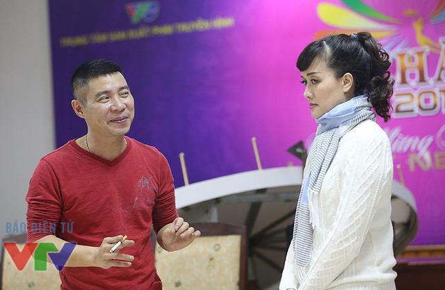 NSƯT Công Lý và nghệ sĩ Vân Dung trong một buổi tập Táo quân 2016.