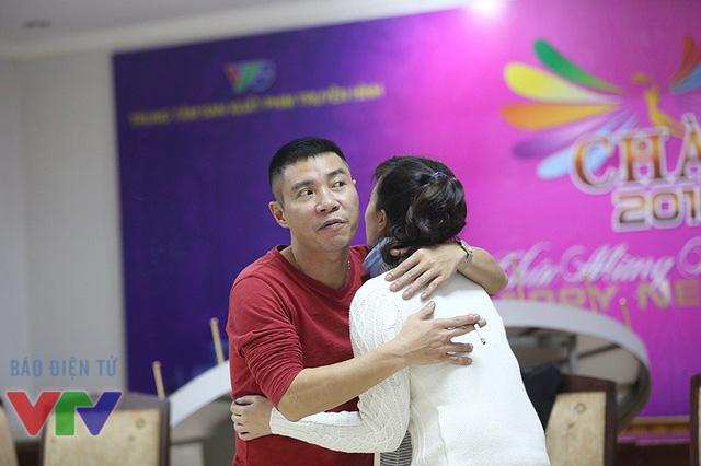 Cô Đẩu và cái ôm tình cảm dành cho Táo Vân Dung.