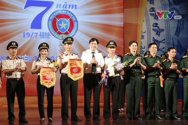 Giải ba được trao cho hai đội thi đến từ đến từ Cục THADS tỉnh Yên Bái và Cục Thi hành án Bộ Quốc phòng