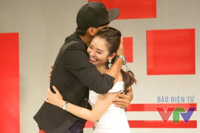 Nam diễn viên còn ôm chặt MC Thùy Linh khiến cô rất bối rối