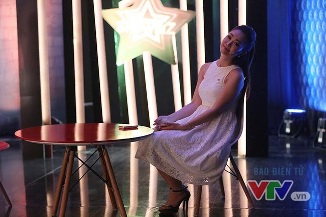 Thùy Linh tạo dáng trước ống kính của VTV News trong thời gian chờ đợi.