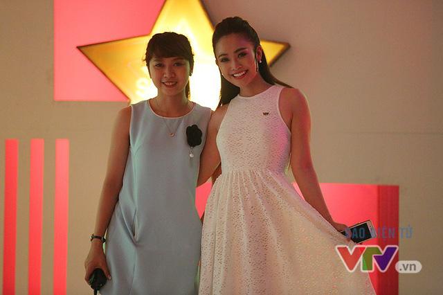 BTV Mai Huyền và người dẫn chương trình Thùy Linh tranh thủ tạo dáng trước khi chương trình ghi hình.