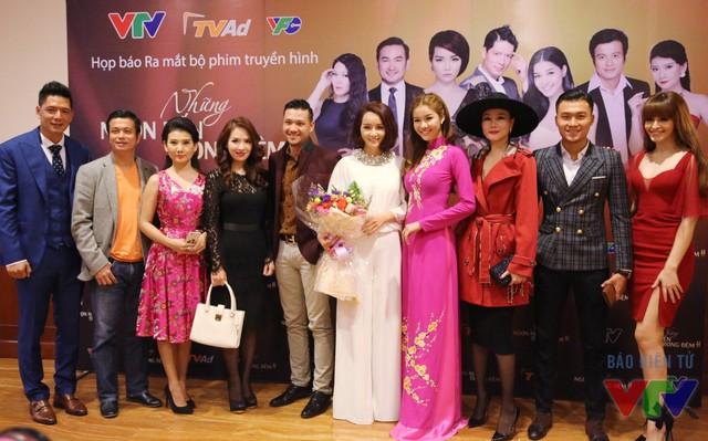 Dàn diễn viên của phim trong buổi họp báo ra mắt tại Hà Nội.