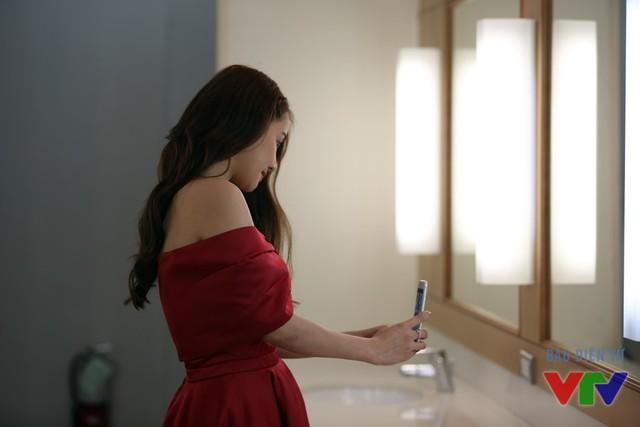 Nhã Phương cũng tranh thủ trang điểm lại, trong lúc chờ đợi, nữ diễn viên trẻ còn tranh thủ chụp ảnh kỷ niệm.
