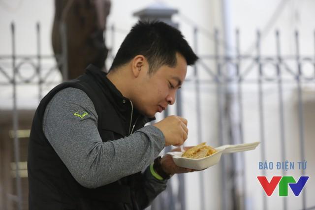 Một gương mặt mới toanh của Táo quân 2016 tranh thủ ăn tối trước giờ ghi hình
