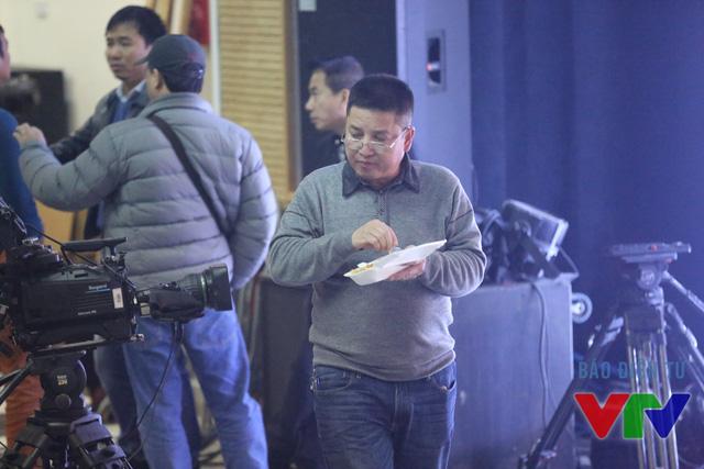 Nghệ sĩ Chí Trung tranh thủ ăn tối.