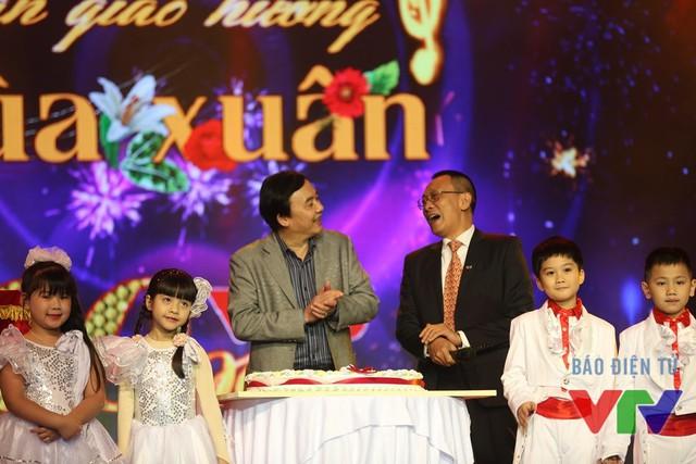 Nhà báo Lại Văn Sâm và ông Phạm Việt Tiến - Phó TGĐ Đài THVN trong bữa tiệc sinh nhật mừng VTV3 tròn 20 tuổi (Ảnh: ĐLNA/VTV News)