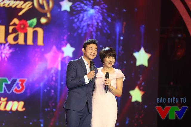 MC Anh Tuấn và Diễm Quỳnh tái hợp trên sân khấu Bản giao hưởng mùa xuân (Ảnh: ĐLNA/VTV News)