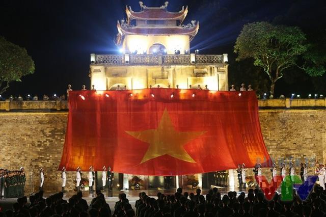 Hình ảnh lễ truyền cờ của các học sinh, sinh viên tại cầu truyền hình Lá cờ độc lập được Ban Thanh thiếu niên thực hiện (Ảnh: Thanh Huyền)