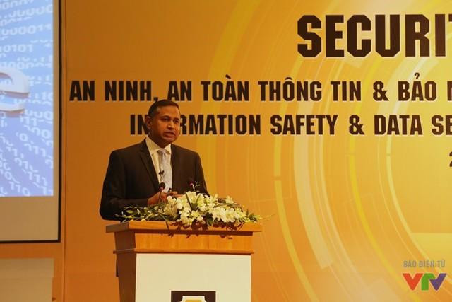 Ông Keshav S Dhakad - Thẩm phán cao cấp, Bộ phận Phòng chống tội phạm Số (DCU) châu Á, Microsoft châu Á Thái Bình Dương - trình bày tại hội thảo