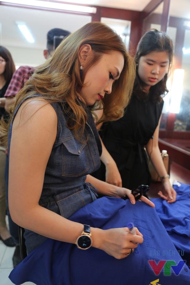Mỹ Tâm ký tặng áo cho các fan của Bữa trưa vui vẻ