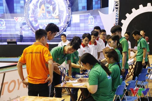 Các đội tuyển nhận thẻ và lịch thi đấu từ các tình nguyện viên