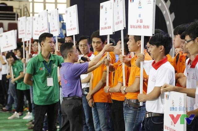 Ông Tạ Tuấn Anh - thành viên Ban Tổ chức Robocon Việt Nam 2016 - hướng dẫn các đội tuyển chuẩn bị cho lễ khai mạc