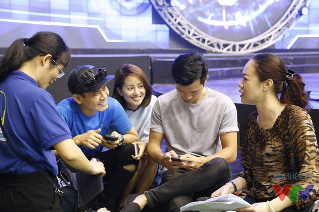 Tổng đạo diễn trao đổi với MC Hồng Phúc, MC Quỳnh Chi và MC Mạnh Tùng - bộ ba dẫn chương trình của vòng chung kết Robocon Việt Nam năm nay