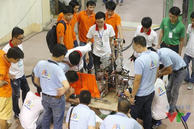 Tổ Trọng tài cân trọng lượng và đo kích thước robot trước khi các trận đấu tại vòng chung kết bắt đầu