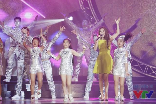 Tiết mục mở màn của nữ ca sĩ Mỹ Dung trên sân khấu