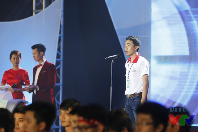 Bạn Đặng Xuân Khiêm - thành viên của đội tuyển SVI 01 đến từ Đại học Trần Đại Nghĩa - thay mặt 32 đội tuyển tham dự vòng chung kết đọc lời quyết tâm