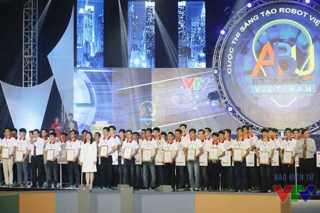 Ông Phạm Việt Tiến, ông Tống Quang Thìn và bà Đoàn Thị Yến trao giấy chứng nhận cho thành viên các đội tuyển