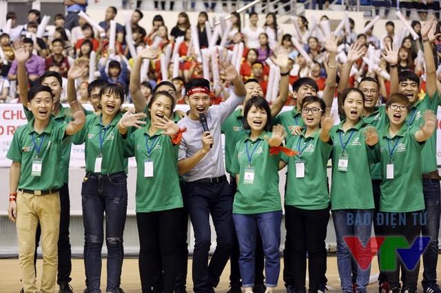 Đồng hành cùng các cổ động viên và các đội tuyển bên dưới sân khấu là MC Mạnh Tùng