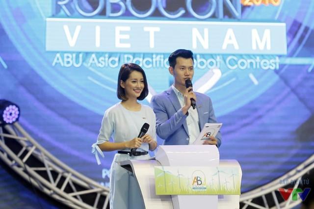 MC Quỳnh Chi và MC Mạnh Tùng trên sân khấu