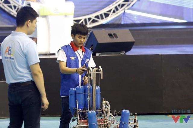 Chỉ cần ấn nút, Hybrid Robot sẽ tự động hoàn thành nhiệm vụ