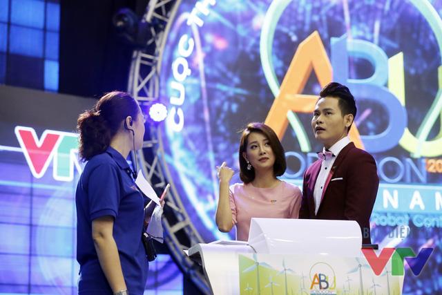 MC Hồng Phúc và MC Quỳnh Chi thảo luận về kịch bản với Tổng đạo diễn