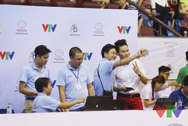 MC Hồng Phúc chụp ảnh wefie cùng Tổ Trọng tài
