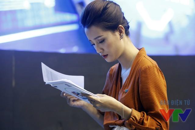 MC Quỳnh Chi cố gắng học thuộc lời dẫn trước giờ lên sóng