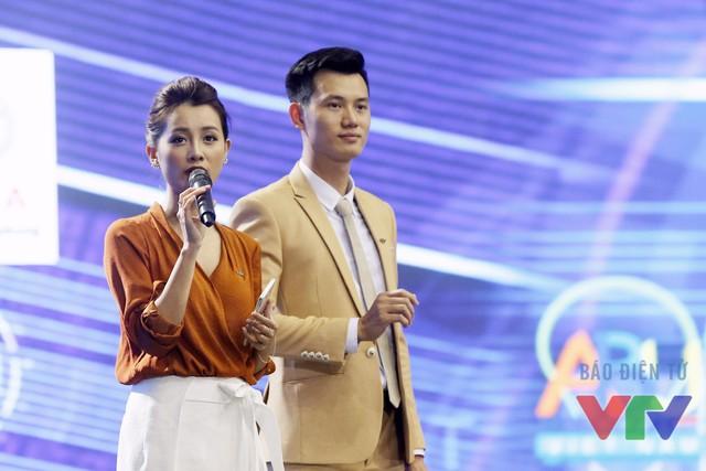 MC Quỳnh Chi và MC Mạnh Tùng dẫn trên sân khấu