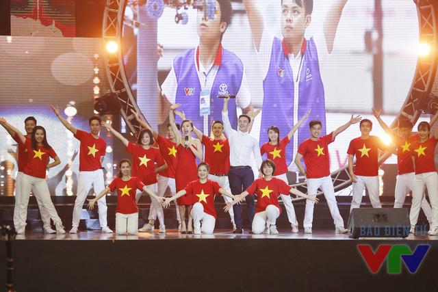 Liên khúc: Con đường tôi đi và Niềm tin chiến thắng với phần thể hiện của Đông Hùng, Phương Linh và vũ đoàn YG