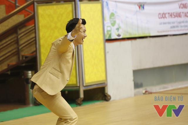 MC Mạnh Tùng đóng vai trò là thủ môn đỡ trái bóng bắn ra từ cỗ máy