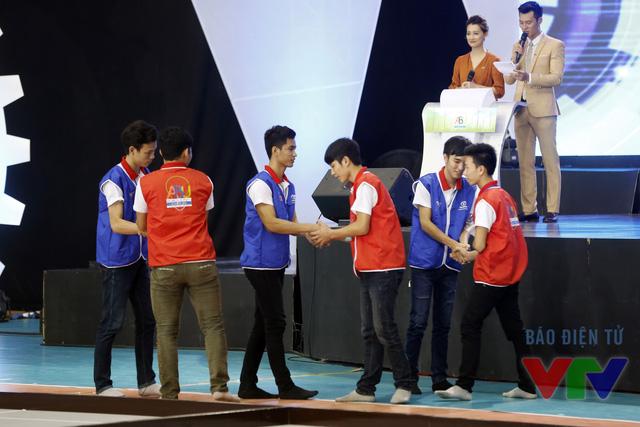 Các đội tuyển bắt tay nhau trước khi thi đấu