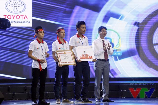 Thạc sĩ Giang Tuấn Anh - Phó Giám đốc Sở Khoa học và Công nghệ tỉnh Ninh Bình - Ủy viên Ban Giám khảo trao giải ý tưởng cho đội SVI - 02