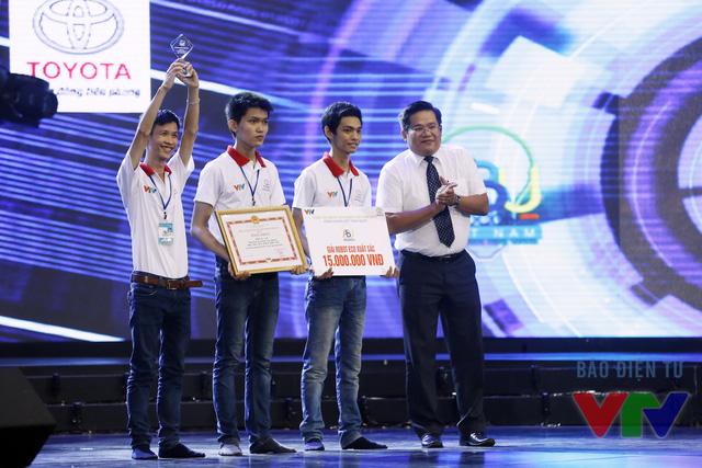 Tiến sĩ Lý Hoàng Tùng - Phó Vụ trưởng Vụ Công nghệ cao, Bộ Khoa học Công nghệ - Ủy viên Ban Giám khảo trao giải Eco Robot xuất sắc nhất cho đội LH - ACE