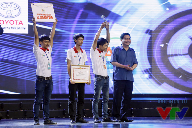 Ông Bùi Thành Đông - Giám đốc Sở Văn hóa, Thể thao và Du lịch tỉnh Ninh Bình trao giải Hybrid Robot xuất sắc nhất cho đội LH - SEA