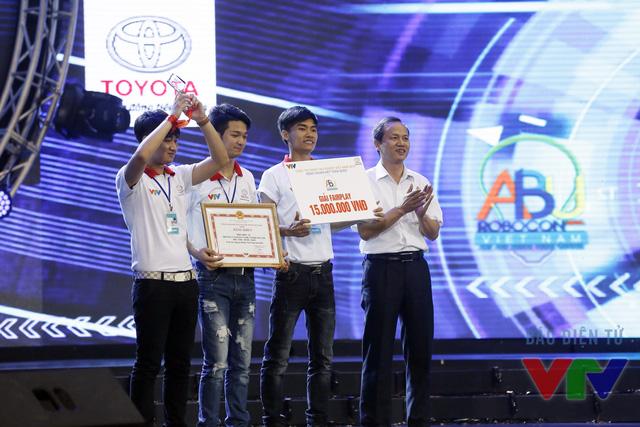 Ông Hoàng Tuấn Dũng - Giám đốc Đài PT-TH Ninh Bình trao giải phong cách cho đội tuyển CĐHN_03