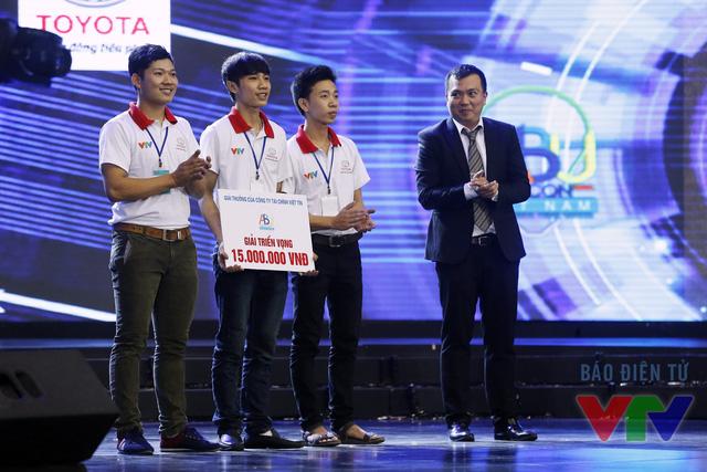 Ông Nguyễn Trọng Toàn - Giám đốc Tài chính Công ty Tài chính Việt Tín trao giải triển vọng cho đội tuyển HA TINH TECH - DHA