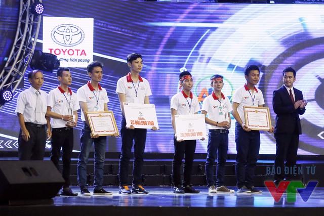 Tiến sĩ Lê Văn Ngự - Tổng Thư ký Hội Robot Việt Nam - Ủy viên Ban Giám khảo và ông Shinjiro Kajikawa - Phó Giám đốc Khối Hoạch định chiến lược Công ty Ô tô Toyota Việt Nam trao giải ba cho đội LH - F và đội SVI - 02