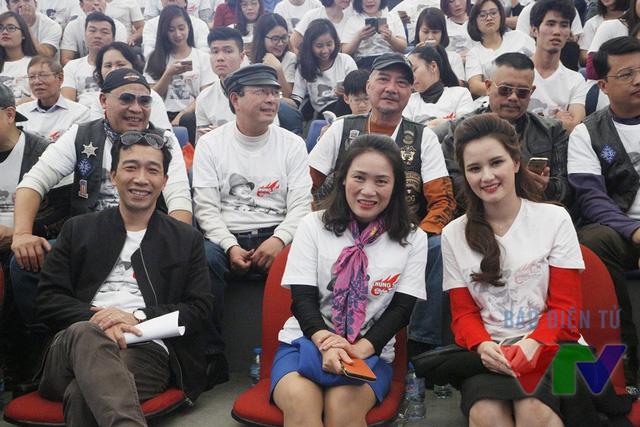 Nhà báo Nguyễn Đức Hòa, nhà báo Tạ Bích Loan và MC Huyền Châu có mặt tại trường quay.