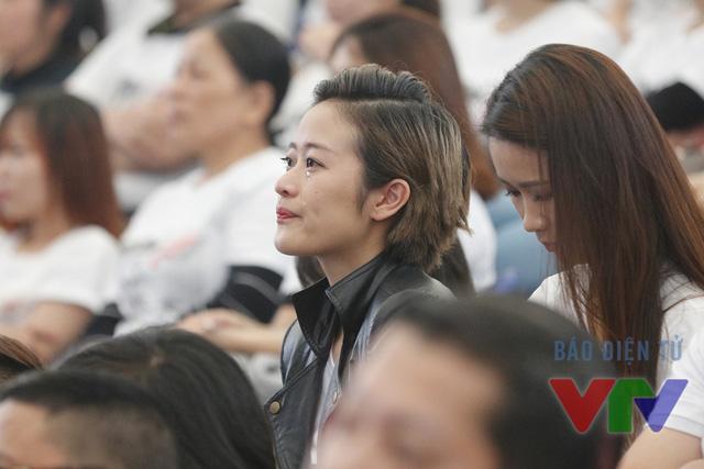 MC Phí Linh cũng có mặt tại trường quay. Cô đã khóc ngay khi chương trình mới bắt đầu.