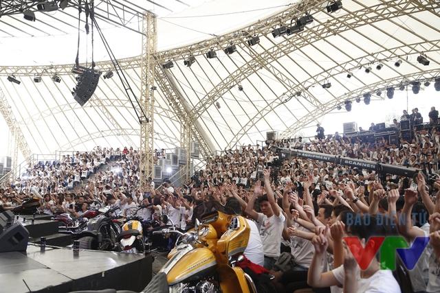 Hàng ngàn khán giả có mặt tại trường quay ngoài trời của Đài THVN để tham gia chương trình.