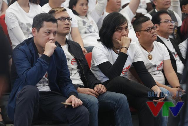Các thành viên ban nhạc Bức Tường theo dõi phóng sự về Trần Lập