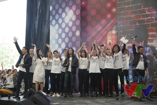 Chương trình được khép lại với những giai điệu trong ca khúc Đường đến ngày vinh quang.