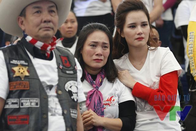 Nhà báo Tạ Bích Loan và MC Huyền Châu không kiềm được những giọt nước mắt dành cho thủ lĩnh ban nhạc Bức Tường