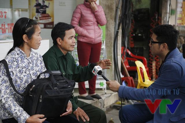 BTV Phạm Minh Long phỏng vấn một người bệnh tại bệnh viện Việt Đức