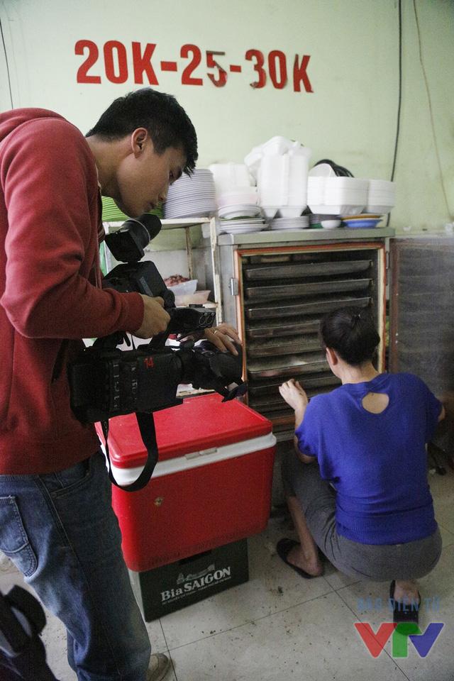 Quay phim Nguyễn Anh Nguyên tác nghiệp tại một hàng bán cơm gần bệnh viện Việt Đức