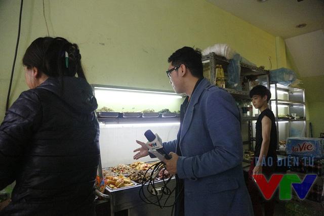 BTV Minh Long tiếp cận tìm hiểu thông tin tại một cửa hàng ăn gần bệnh viện Việt Đức
